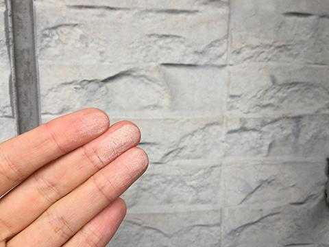 手で触ると白っぽい粉がつく現象